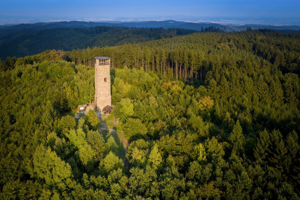 Letecký pohled na rozhlednu Brdo a okolní lesy