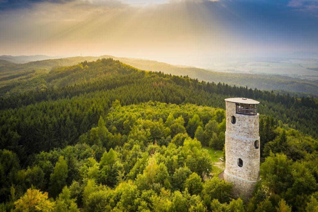 Letecký pohled na rozhlednu Brdo s okolními lesy a krajinou