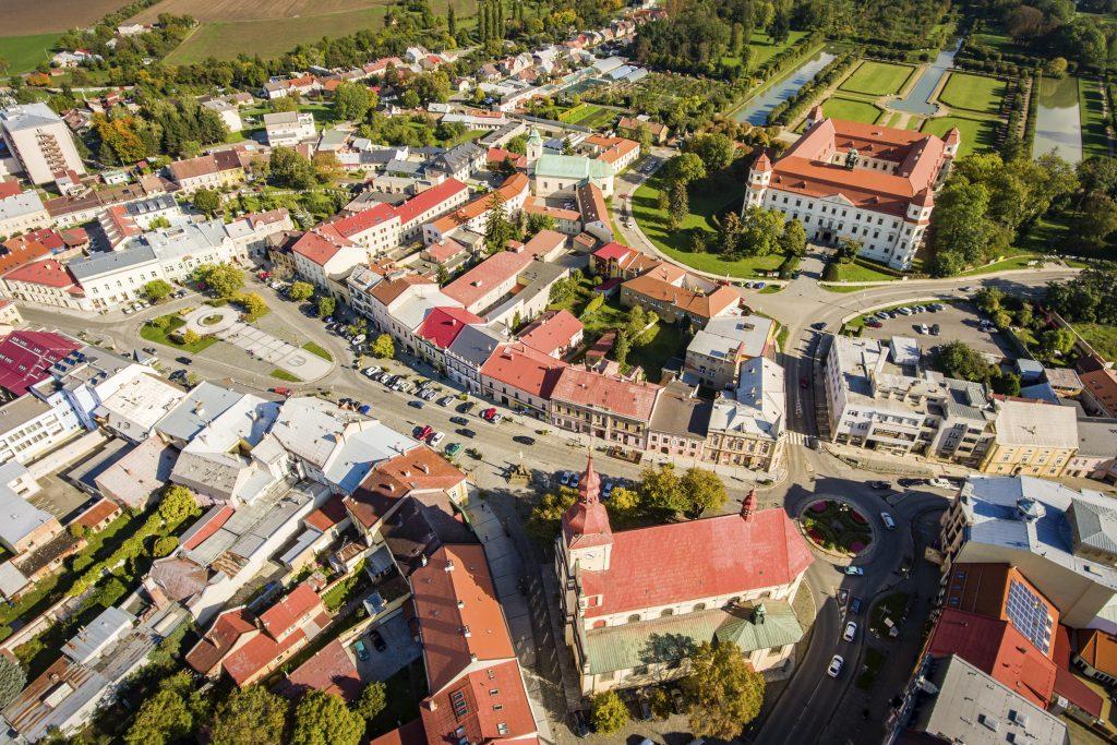 Letecký pohled na Holešov s kostelem, zámkem i zámeckým parkem