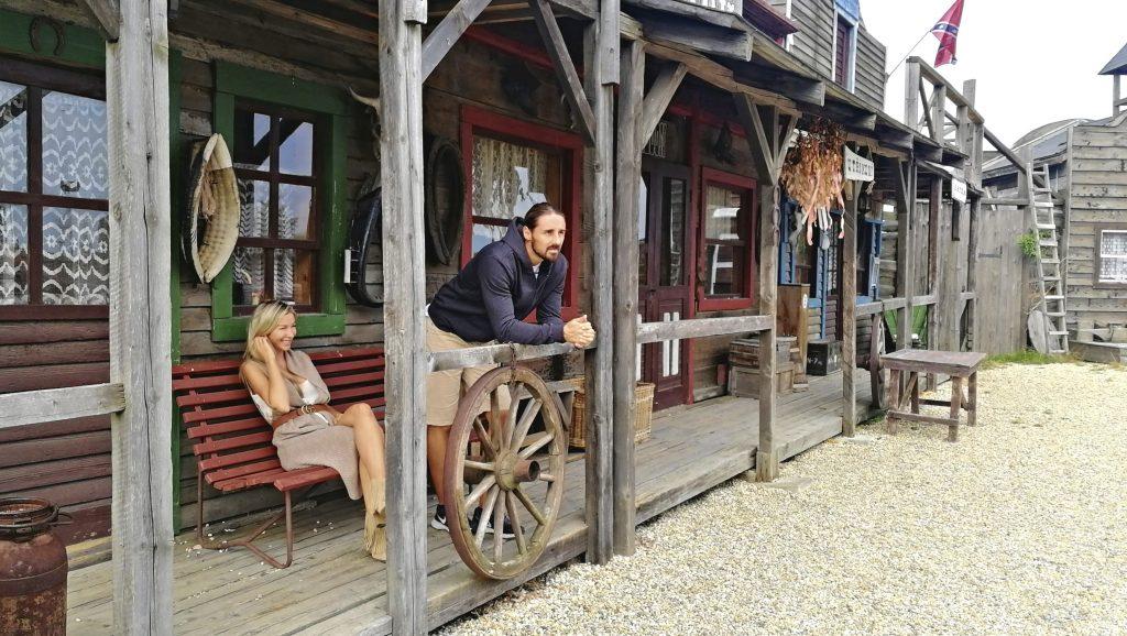 Pár užívající si zábavu ve westernovém městečku