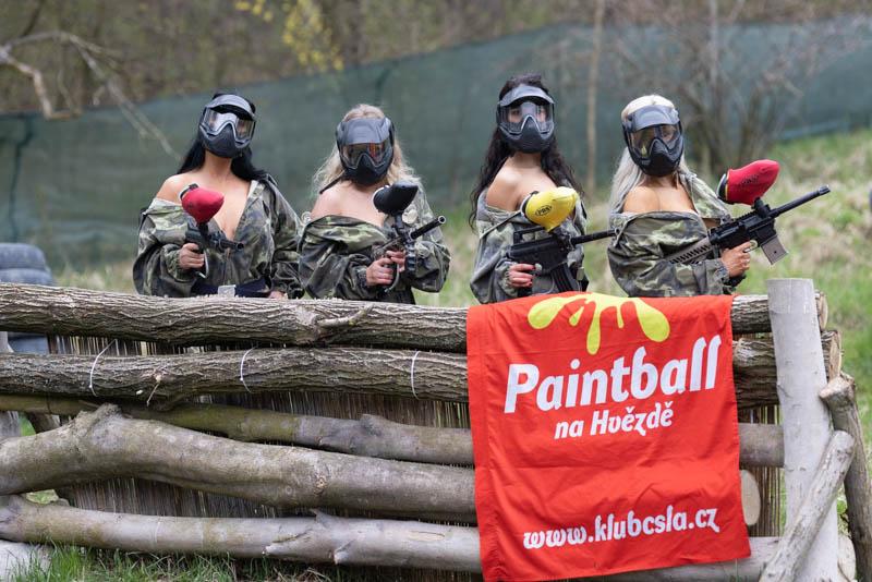 Čtyři ženy s paintballovými zbraněmi s plakátek Paintball na Hvězdě