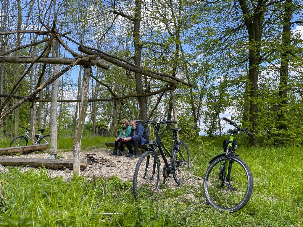 Cyklisté odpočívající v přístřešku na vrcholu Barbořina