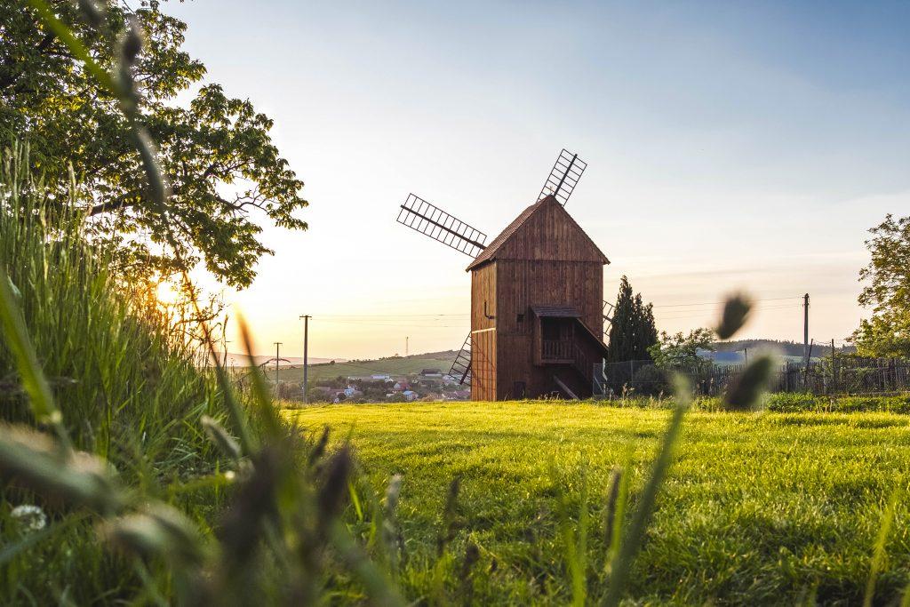 Pohled na větrný mlýn zezadu s panoramatem okolních vesnic