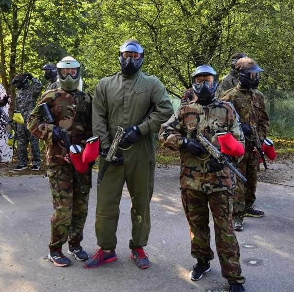 Tři účastníci paintballu se zbraněmi