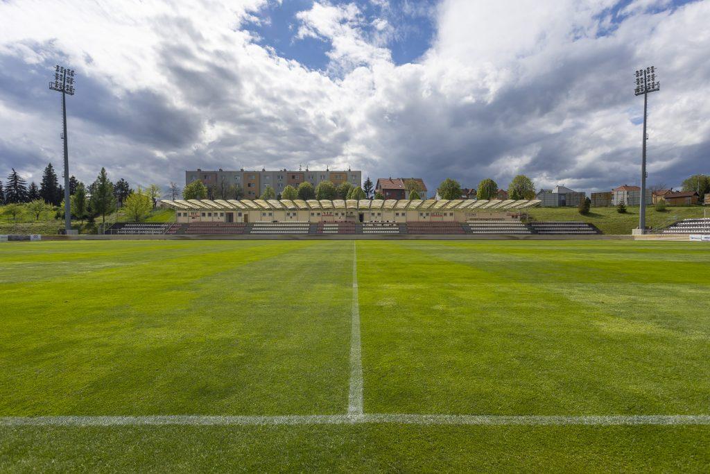 Tribuna a hřiště stadionu klubu SK Hanácká Slavia Kroměříž
