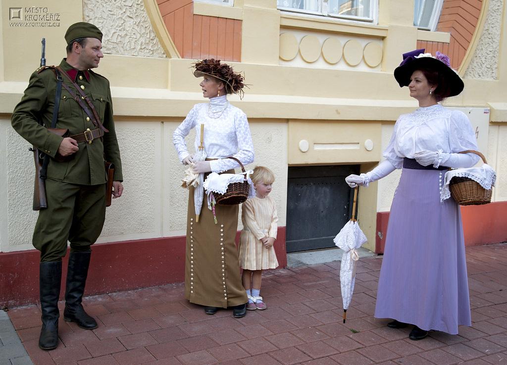 Muž, dvě ženy a holčička v historických kostýmech předvádějí scénku