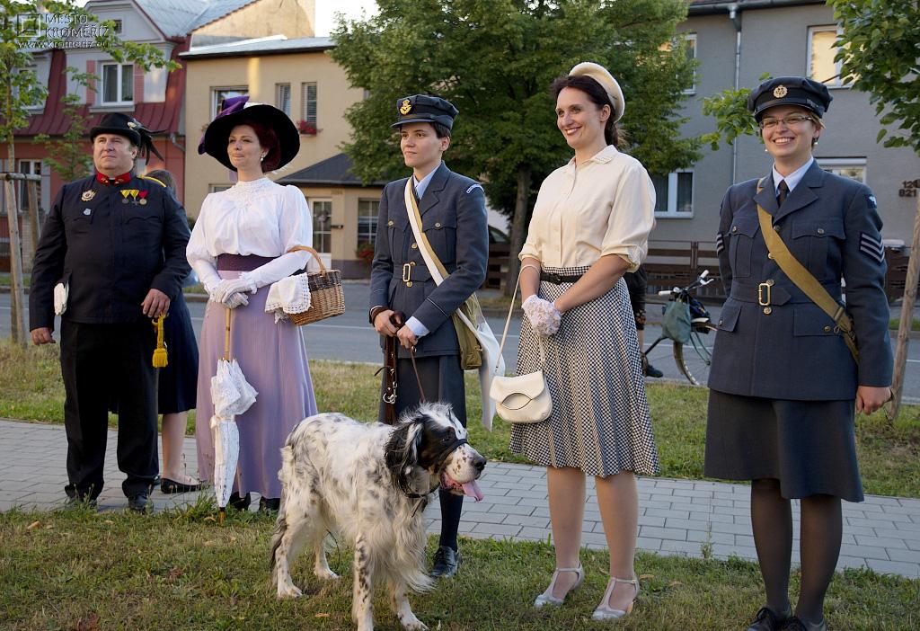 Kostýmovaní průvodci se psem v uniformách a historických šatech při prohlídce