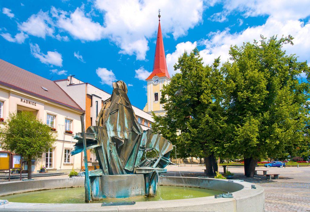 Kašna před radnicí a kostelem na náměstí