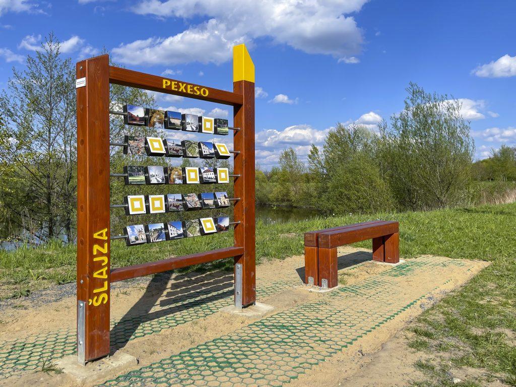 Velké dřevěné pexeso a lavička u Šlajzy