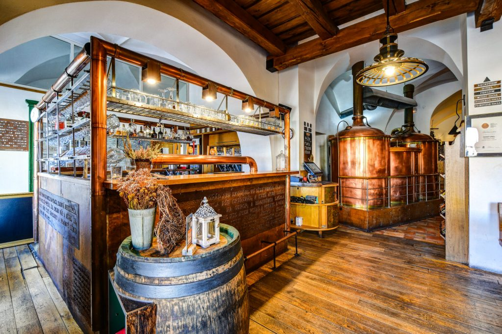 Hlavní bar restaurace a pivovaru Černý orel