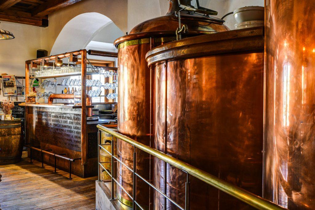 Pivní tanky jako dekorace v restauraci Černý orel