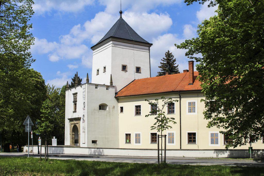 Přední pohled na hlavní bránu do zámku v Bystřici pod Hostýnem