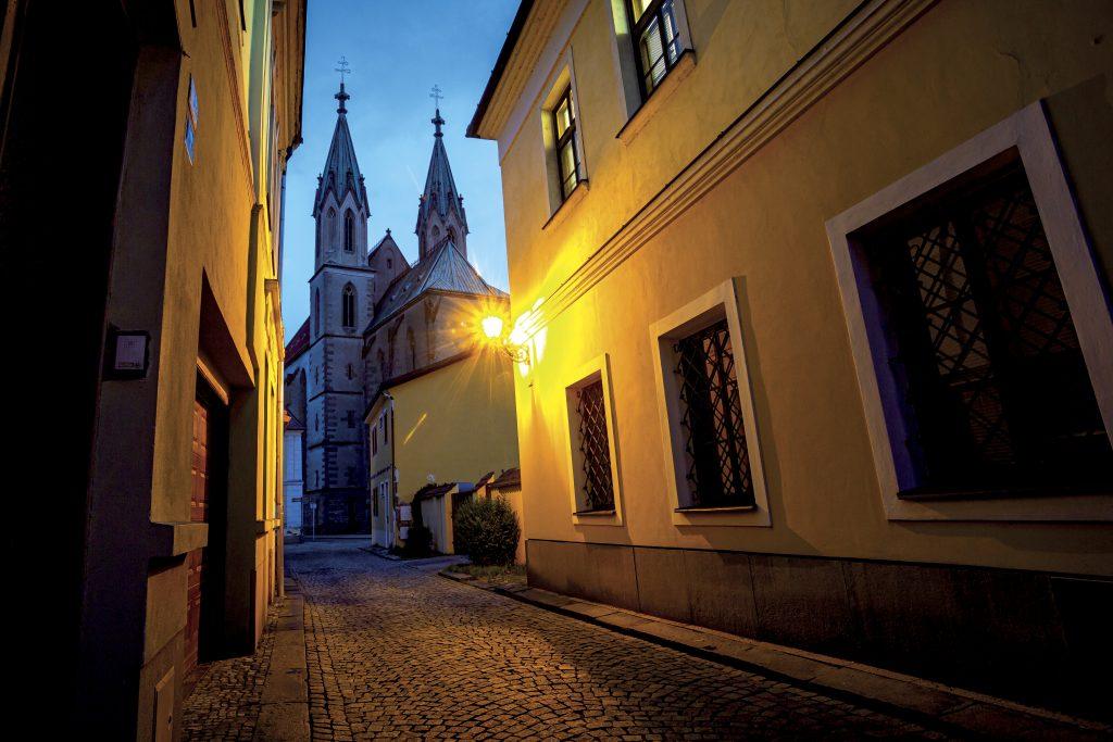 Podvečerní pohled na kostel svatého Mořice z ulice Křížkovského