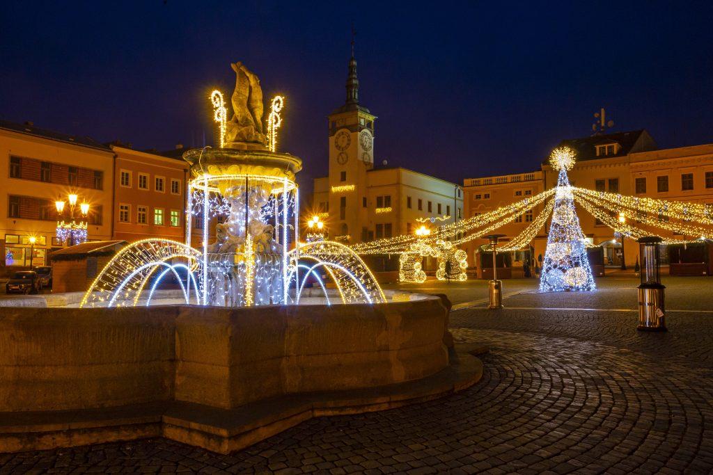 Vánoční osvětlení Velkého náměstí s budovou radnice v pozadí