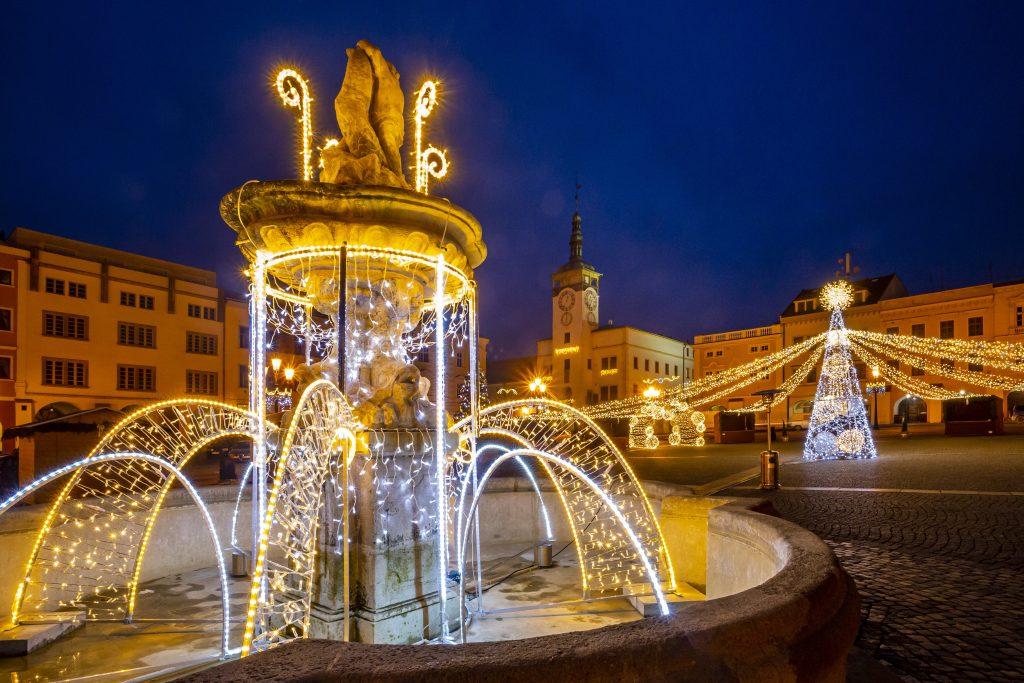 Vánočně osvětlené Velké náměstí s radniční věží v pozadí
