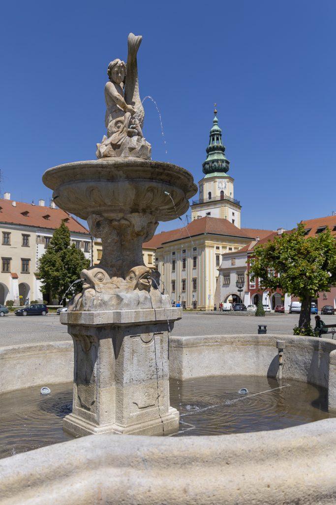 Kašna na Velkém náměstí se zámeckou věží v pozadí