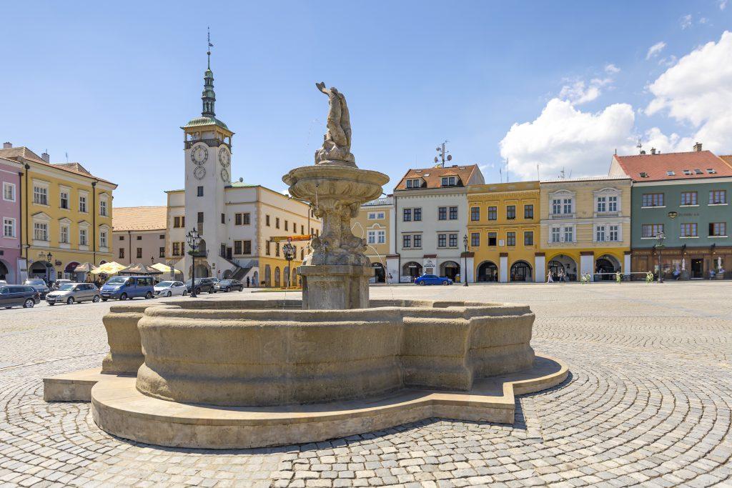 Kašna na Velkém náměstí s budovou radnice